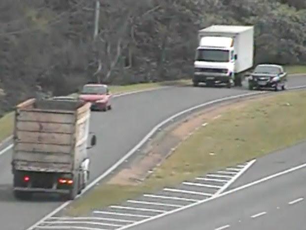 Caminhão (à esq.) invade acesso à rodovia Dom Pedro I na contramão em Bom Jesus dos Perdões. (Foto: Reprodução/Rota das Bandeiras)