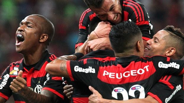 Festa rubro-negra: jogadores do Flamengo comemoram gol de Cáceres, o primeiro contra o Atlético-MG
