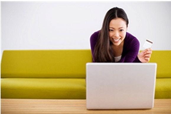 Mulheres pesquisam preços na Internet e também no site do fabricante para tirar dúvidas sobre o produto