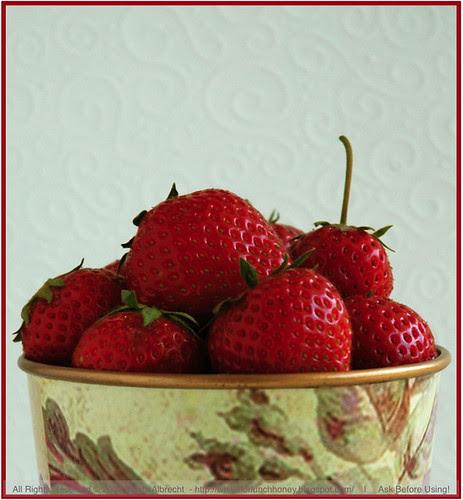 StrawberriesInFloweredPot02