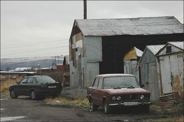 Carros na frente das garagens de Murmask