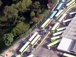 Protesto de motoristas e cobradores de ônibus em São José (Foto: Reprodução/ TV Vanguarda)
