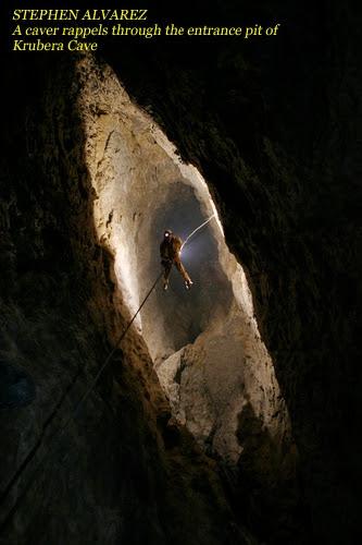 СТИВЕН АЛЬВАРЕС. Спелеолог спускается во входной колодец