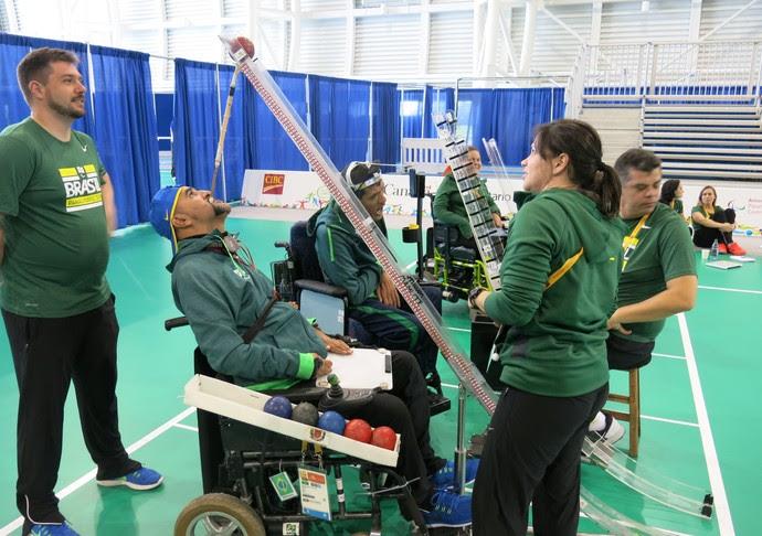 Richardson conta com ajuda da esposa Adriana para montar calhas (Foto: Marcos Guerra)