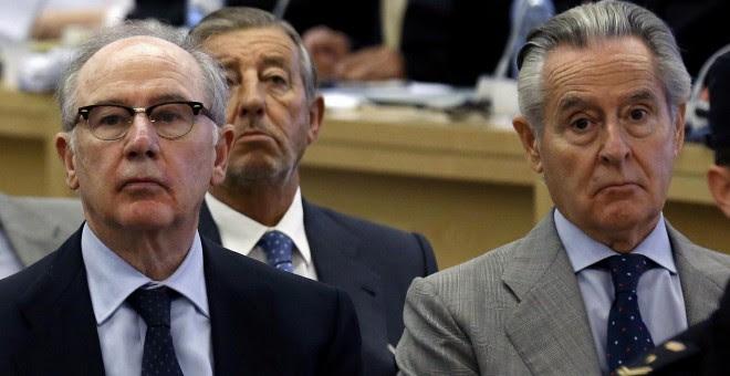 El expresidente de Caja Madrid, Miguel Blesa, y su sucesor y luego presidente de Bankia, Rodrigo Rato, en el banquillo de los acusados durante el juicio por las tarjetas black. REUTERS/Chema Moya