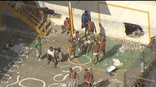 Detentos ocuparam os pátios dos pavilhões durante rebelião no CDP do Putim (Foto: Reprodução/ TV Vanguarda)