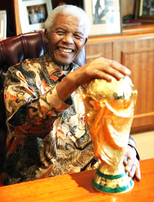 nelson mandela with fifa world cup trophy RIP Nelson Mandela, his life through a football lens [Pictures]