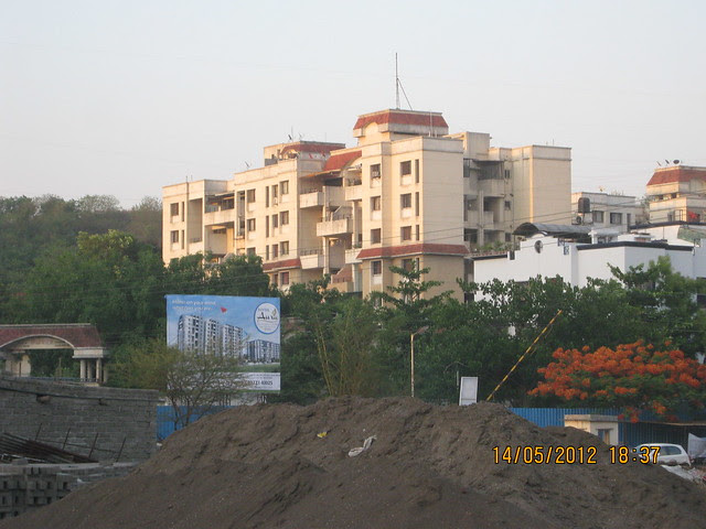Hoarding of Suyog Aura - View from Warje Service Road - Visit Suyog Aura Warje Pune 411052