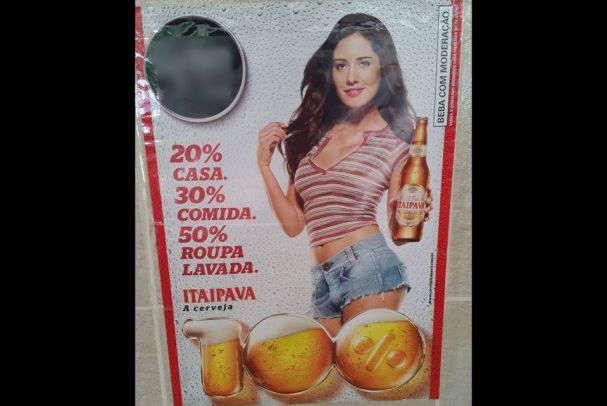 Cartaz mostra propaganda da cervejaria.