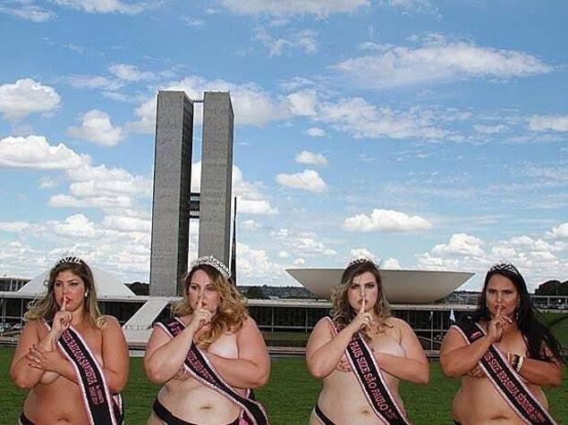 """Modelos """"plus size"""" protestam de topless em frente ao Congresso Nacional, em Brasília"""