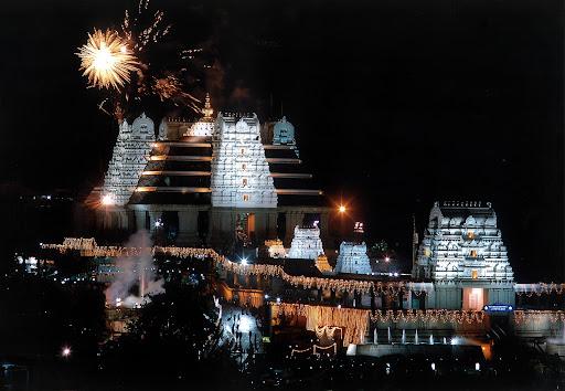 храм Кришны ночью