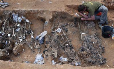 Hallados 96 cadáveres en la fosa de La Pedraja