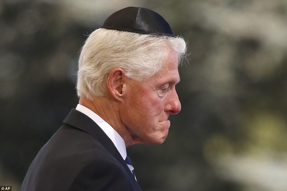 Emocional: Bill Clinton parecia à beira das lágrimas quando ele disse adeus a seu amigo, o ex-presidente israelense, Shimon Peres