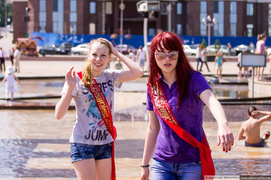Выпускницы в шортах купаются в фонтане