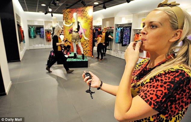 Tempo limite acabar!  A assistente de loja Manchester sopra um apito para que os consumidores conhecem os seus 10 minutos é de até