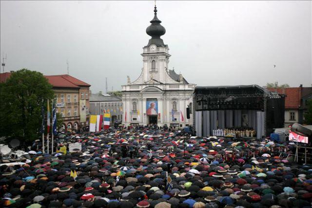 Miles de fieles llenan hoy la plaza ante la basílica Santa María en Wadowice, Polonia, con motivo de la beatificación hoy de Karol Wojtyla, el papa Juan Pablo II que nació en Wadowice en el año 1920 y fue bautizado en la basílica. EFE