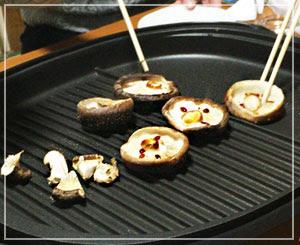 まずは椎茸を焼きますよー。1人1個!