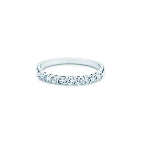 Shared setting band ring with diamonds in platinum, 2.2mm
