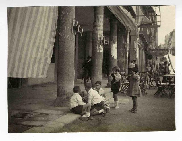 Jugando a las canicas en Zocodover. Años 20. Colección Luis Alba. Ayuntamiento de Toledo
