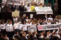 Legisladores de izquierda toman la tribuna en contra de la Reforma Laboral. Foto: Germán Canseco