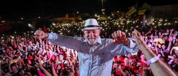 """Caravana Lula pelo Brasil """"Brasília é uma ilha de fantasia, quem fica preso naquele palácio, nunca governará o país atendendo os interesses de todos os brasileiros! """", destacou o ex-presidente."""