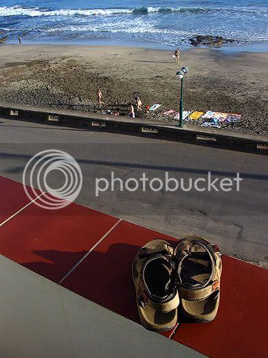 Sandálias em frente à praia formosa