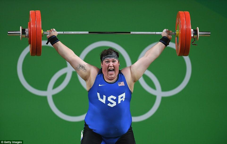 Sarah Robles completa um levantamento de sucesso para ganhar uma medalha de bronze nas mulheres over-75 kg de halterofilismo