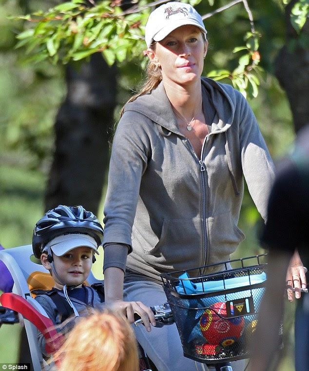 Wicked rahat yok!  Gisele Bundchen ve oğlu Benjamin Pazar günü Boston bisikletle gezmeye gitti