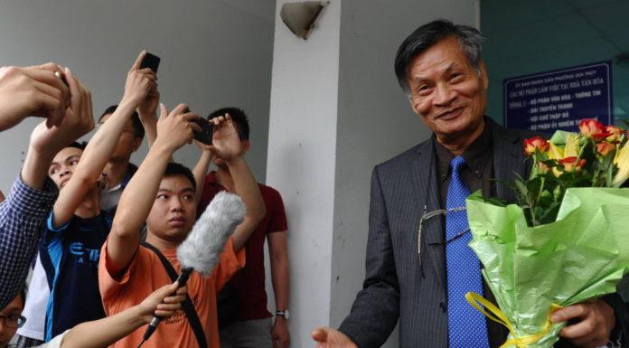 Ông Nguyễn Quang A được người ủng hộ chào mừng hôm 9 tháng 4, 2016 sau buổi họp với cơ quan tổ chức bầu cử do nhà cầm quyền CSVN lập ra để loại bỏ các ứng cử viên độc lập như ông. (Hình: HOANG DINH NAM/AFP/Getty Images)