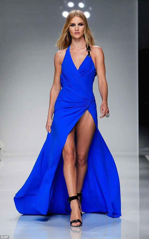 Negócio arriscado!  Com suas curvas invejáveis em exposição no vestido de cobalto, Rosie exibia suas pernas magras no vestuário figura-aperto, como apenas polegadas da tela de proteção modéstia da estrela