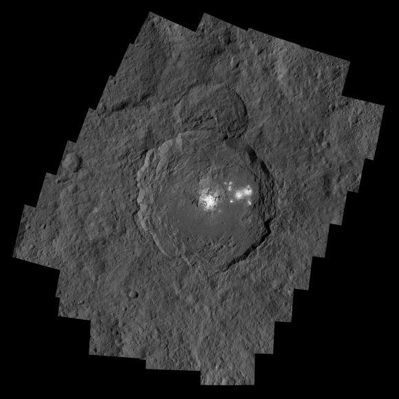 Mosaico del cráter Occator (NASA/JPL-Caltech/UCLA/MPS/DLR/IDA/PSI).