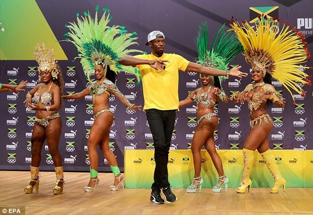 espírito de festa: Usain estava fazendo o samba como ele chegou ao Rio para os jogos - mais determinados para defender o seu recorde de títulos do que nunca