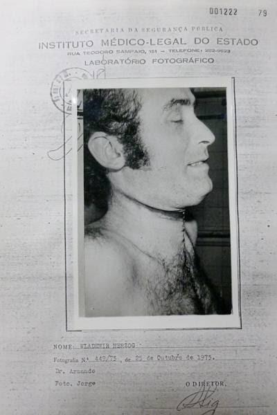 Foto do corpo do jornalista Vladimir Herzog tirada após a autópsia, em 25 de outubro de 1975; o jornalista morreu após sofrer torturas no DOI-Codi de SP Leia mais