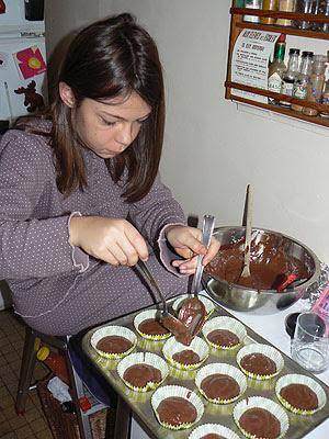 zoé prépare les cupcakes.jpg