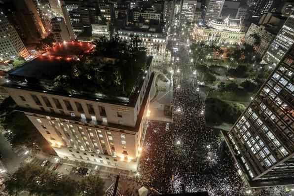 Parte dos manifestantes que se reuniram na Praça da Sé por volta das 17h desta terça-feira, no sexto protesto contra o aumento das tarifas de ônibus -  AFP PHOTO/Miguel SCHINCARIOL