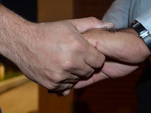 Casal gay de mãos dadas em Piracicaba (Foto: Thomaz Fernandes/G1)