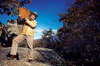 CAZATESOROS. Antonio Galera, 43 años, busca por medio mundo los mejores yacimientos. En la imagen, posa en una zona rica en granito.