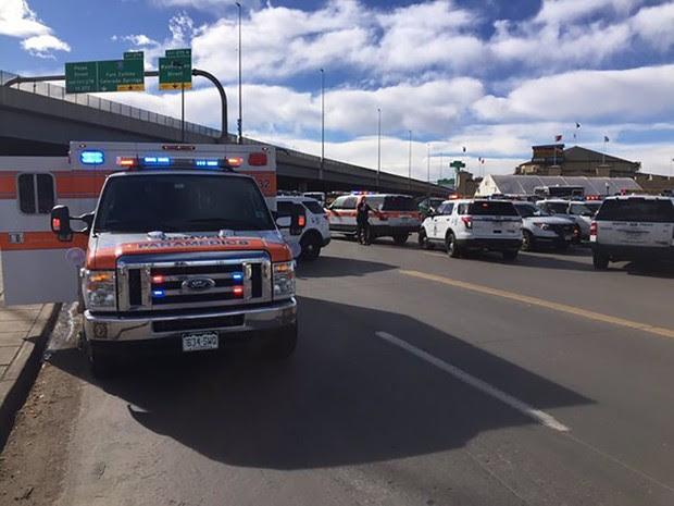 Carros de polícia são vistos após disparos em evento em Denver, no Colorado (Foto: Denver Police Department/Reuters)