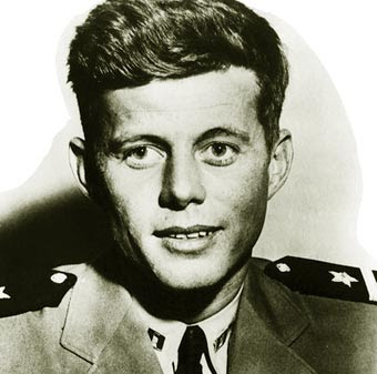 Un joven Kennedy en uniforme de marina