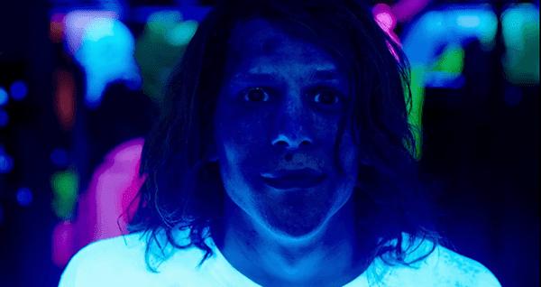 Em um cenário de clube funky, legal, Mike diz que ele se sente tipo de incrível.  Ele então weridly sorrisos.