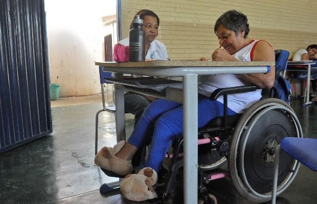 Maria é cadeirante e, aos 63 anos, realiza seu sonho de aprender a ler e escrever, em Avelinópolis, Goiás (Foto: Vitor Santana/G1)