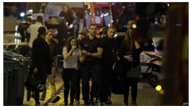 Quang cảnh sơ tán sau khi xảy ra nổ súng tại Paris