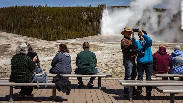 Un número asombroso de personas acudió en masa a Yellowstone en agosto, lo suficiente para establecer un récord.