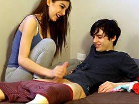 Pegou o amigo na bronha cheirando a sua calcinha e quis dar uma mãozinha