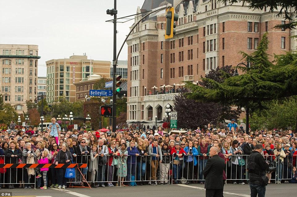 Uma multidão se reuniu em toda a Victoria, a capital da British Columbia, e foram mesmo alinhando nas estradas