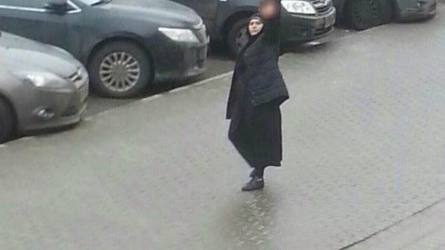 A mulher segura a cabeça de uma criança pelas ruas de Moscou
