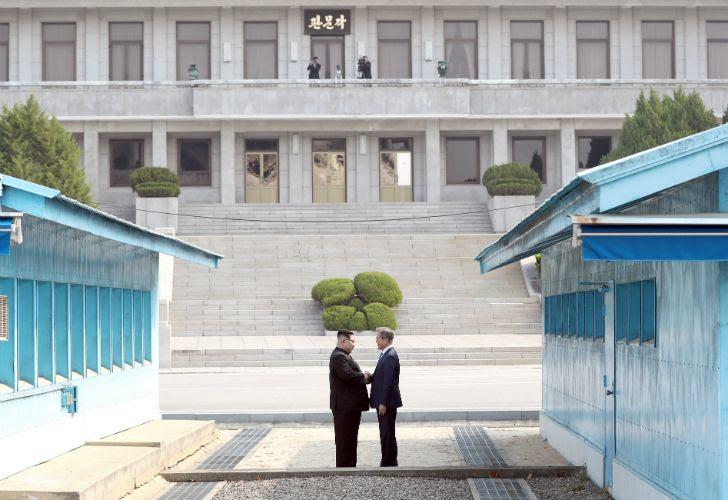 Resultado de imagen para Cumbre de las Coreas inició con histórico encuentro entre Moon y Kim Jong-un