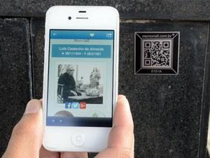 Com celular, é possível ver fotos e história de figuras ilustres de Sorocaba (Foto: Assis Cavalcanti / Secom)