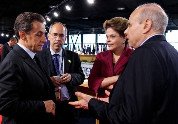 Ao lado do ministro da Fazenda, Guido Mantega, a presidente Dilma Rousseff conversa com o presidente da França, Nicolas Sarkozy, durante reunião do G20, em Cannes; encontro foi marcado por discussões sobre a crise na zona do euro. (Foto: Roberto Stuckert Filho/PR)