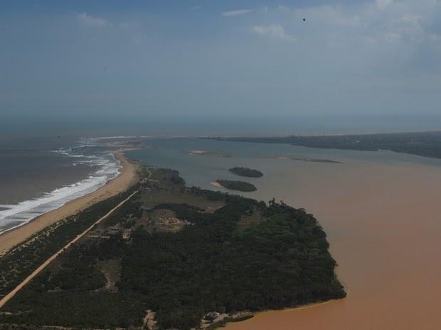 Lama muda a cor do mar na foz do Rio Doce, em Linhares, ES